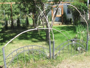 design idea for fence and gate with willow and bed frame