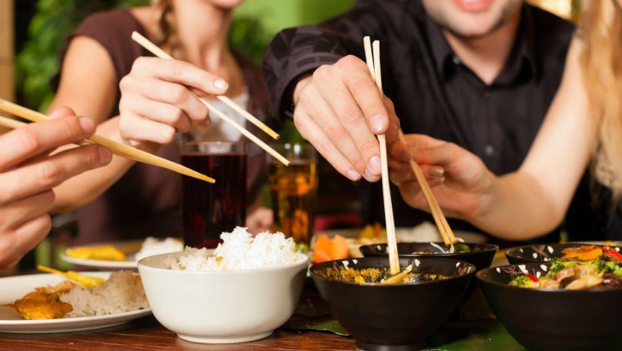 Közös étkezés barátokkal házhozszállított ázsiai ételekkel