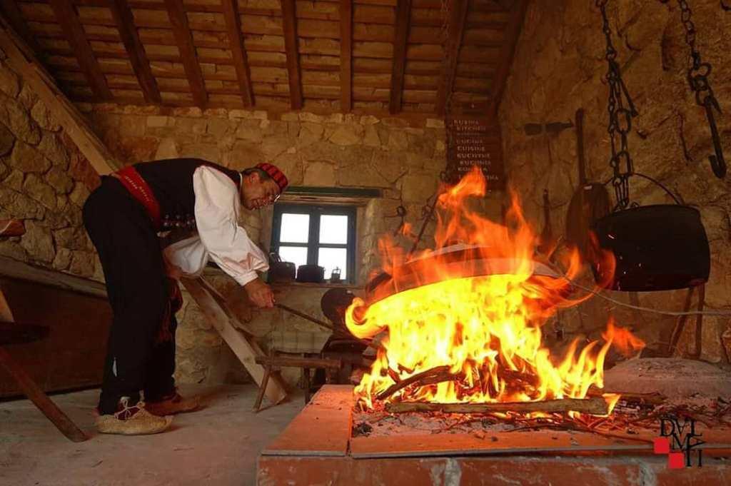 tradycyny sposób gotowania na ogniu w etnoparku Dalmati