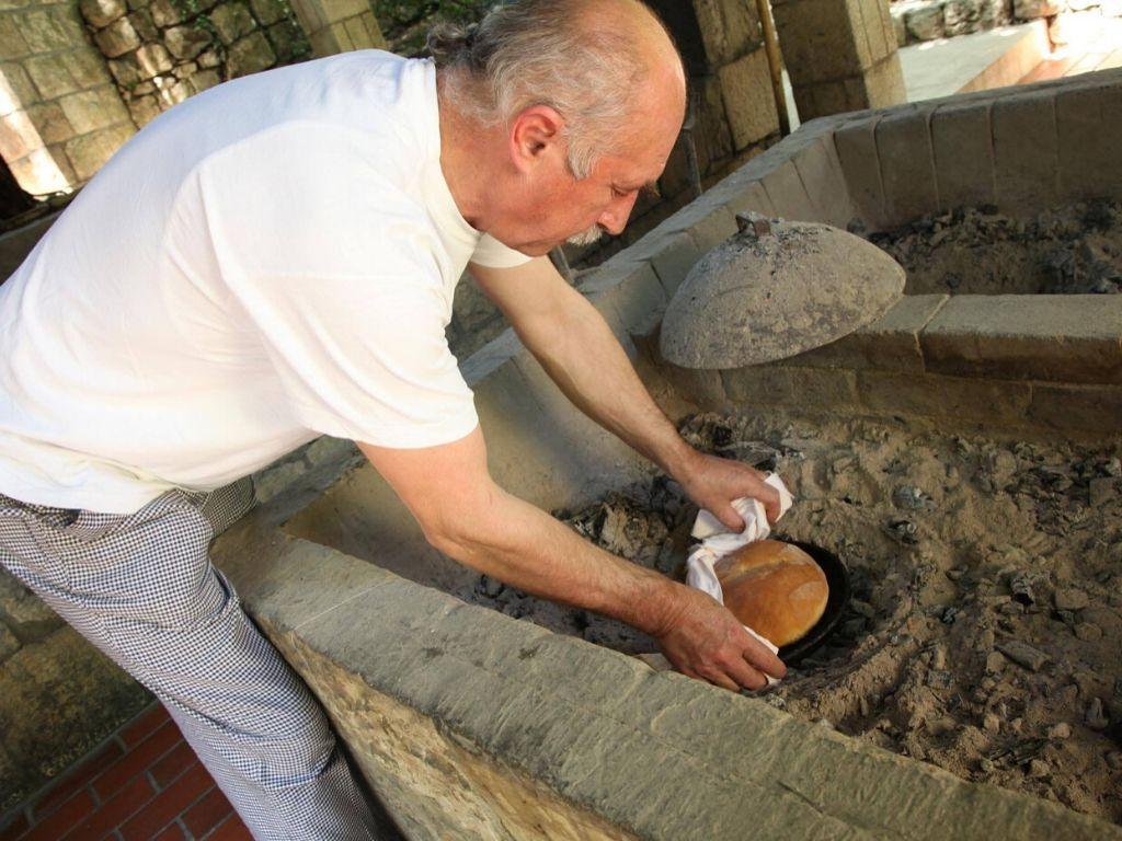 wypiek chleba w restauracji Konavoski Dvori