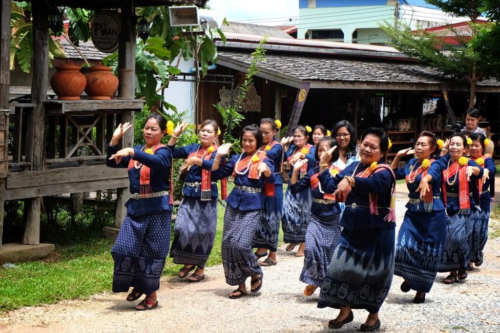 Ban Chiang Community dancers