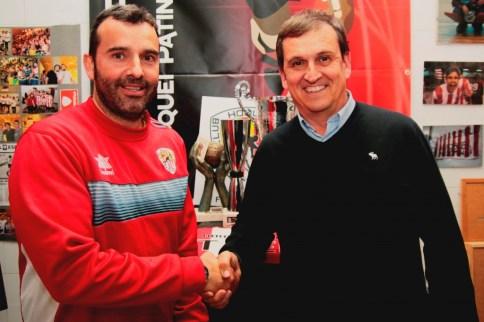 El president Xavi Vallcorba i l'entrenador David Càceres al museu del club
