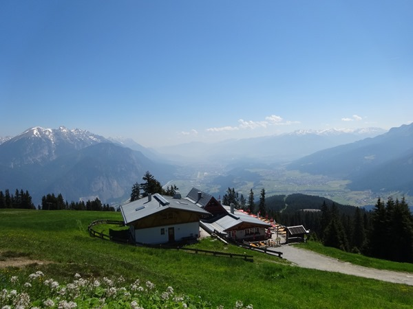 The Rosskogelhutte with the Inn Valley in the background