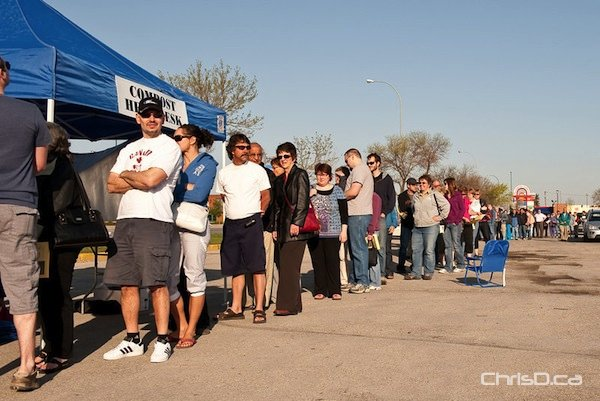 Winnipeggers line up to buy compost bins in this 2010 file photo. (TED GRANT / CHRISD.CA)