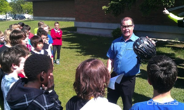 Healthy Living Minister Jim Rondeau explains to children at Bruce School how a helmet can prevent injury. (CHRISD.CA FILE)