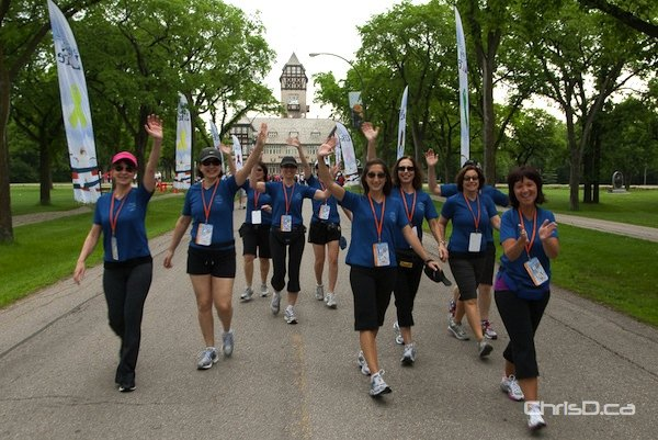 Challenge for Life walkers begin their 20k trek from Assiniboine Park on Saturday, June 9, 2012. (TED GRANT / CHRISD.CA)