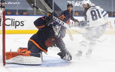 Jets' Goaltender Connor Hellebuyck Stellar in 4-1 Win Over Oilers in Game 1