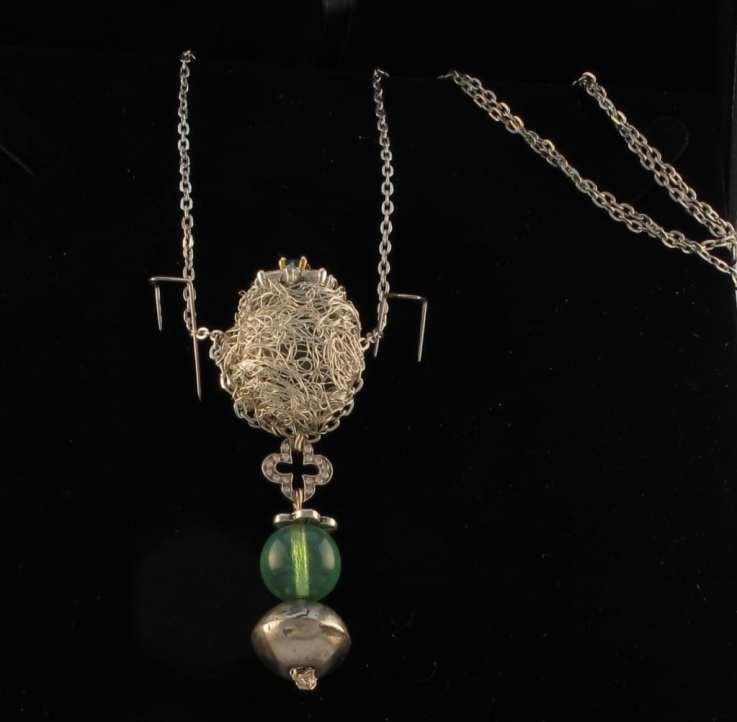 Collier avec au centre une bague emearude et diamants détachable