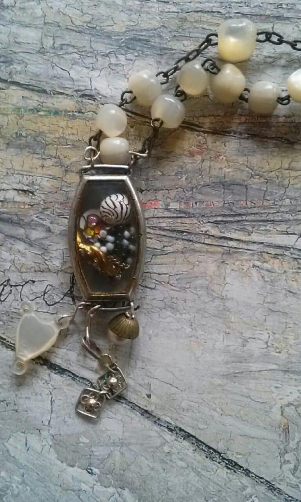 collier long vintage chapelet nacre et boitier montre