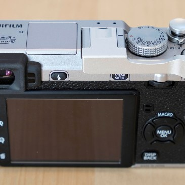 DSLRKIT New Version Thumbs Up Grip in silber an der Fujifilm X-E1.