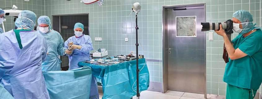 Industriefotograf Christian Ahrens bei einem OP-Shooting in einem Operationssaal der Kliniken der Stadt Köln