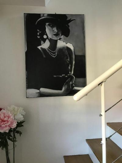 un tableau noir et blanc dans une descente d'escalier