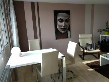 un portrait accroché au mur d'un salon