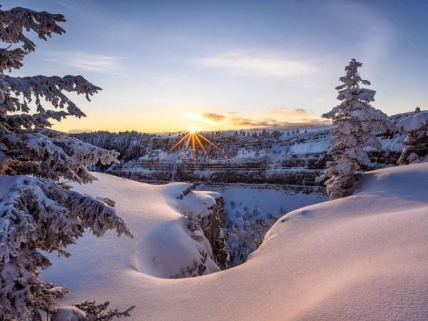 Grusskarte Creux du Van: Sonnenaufgang über dem frisch verschneiten Creux du Van