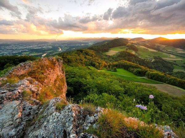 Sonnenuntergang von der Gisliflue mit Sicht auf die Jurahügel und Aarau