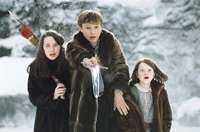 Susan (Anna Popplewell), Peter and Lucy try to hold off some nasty wolves