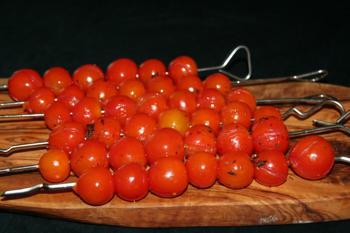 Spiesjes van gemarineerde cherry tomaatjes