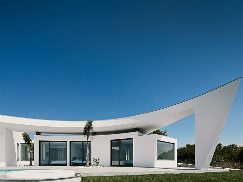 A Casa Colunata, com cinco quartos, mais uma vez na Luz, Portugal, situa-se num nível impressionante e é composta por um conjunto de edifícios brancos organicamente agrupados.