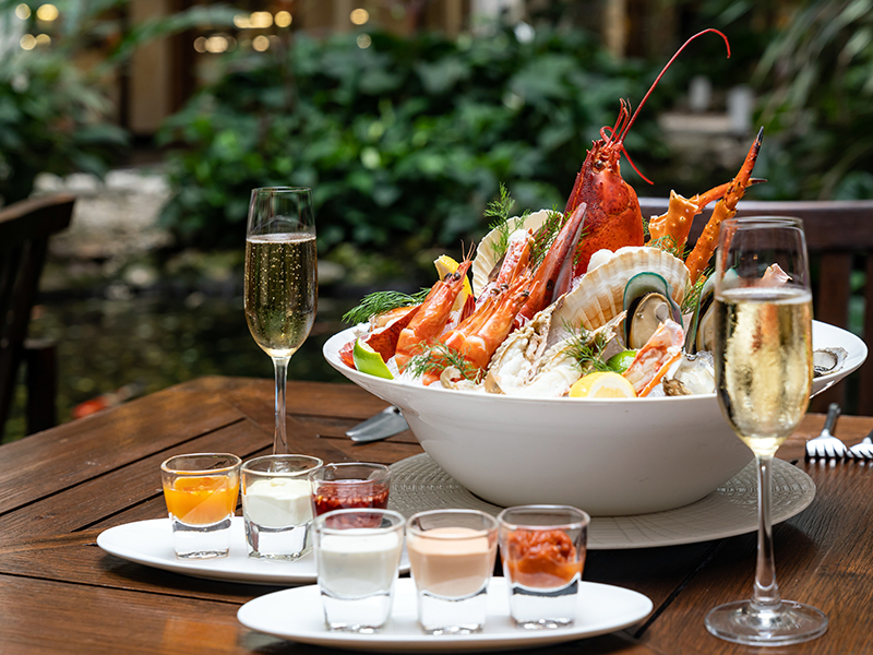 Seafood on ice with white wine