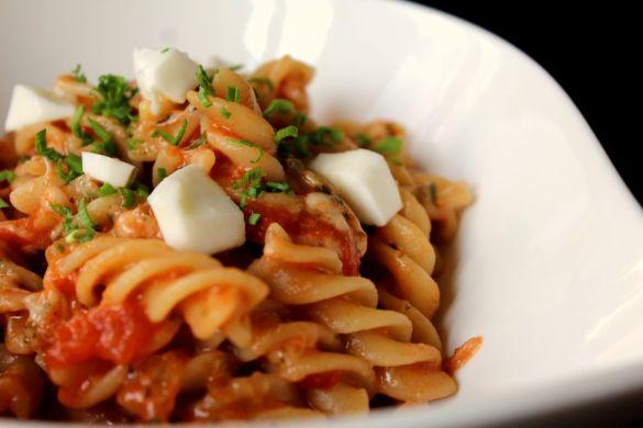 Nudeln mit Tomatensoße und Mozzarelle