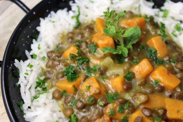 Linsencurry mit Süßkartoffel und Reis