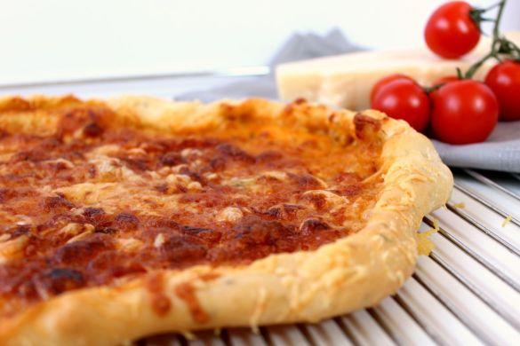 Selbstgemachte Pizza mit Käserand