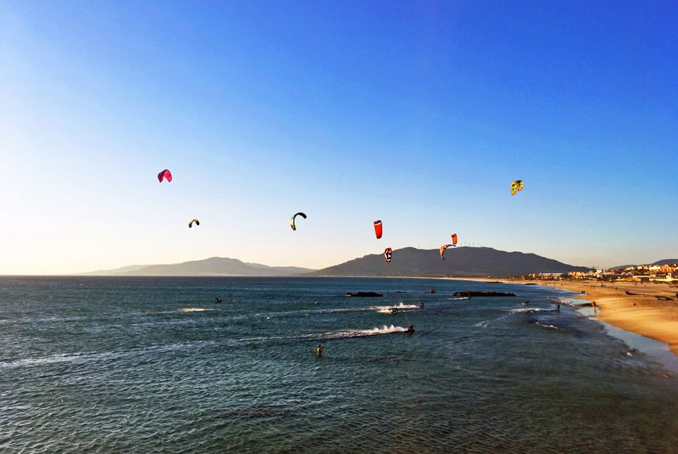 Kitesurfer in Tarifa, Andalusien in Spanien