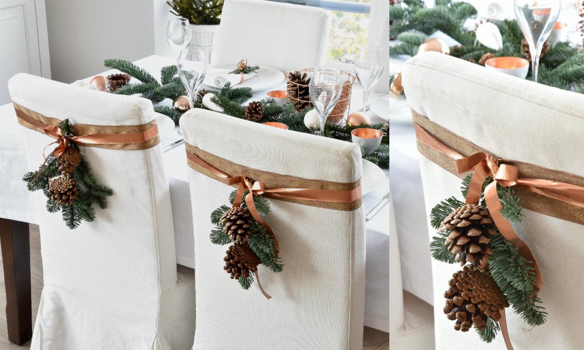 De kersttafel dekken voor het kerstdiner sfeer in wit  koper
