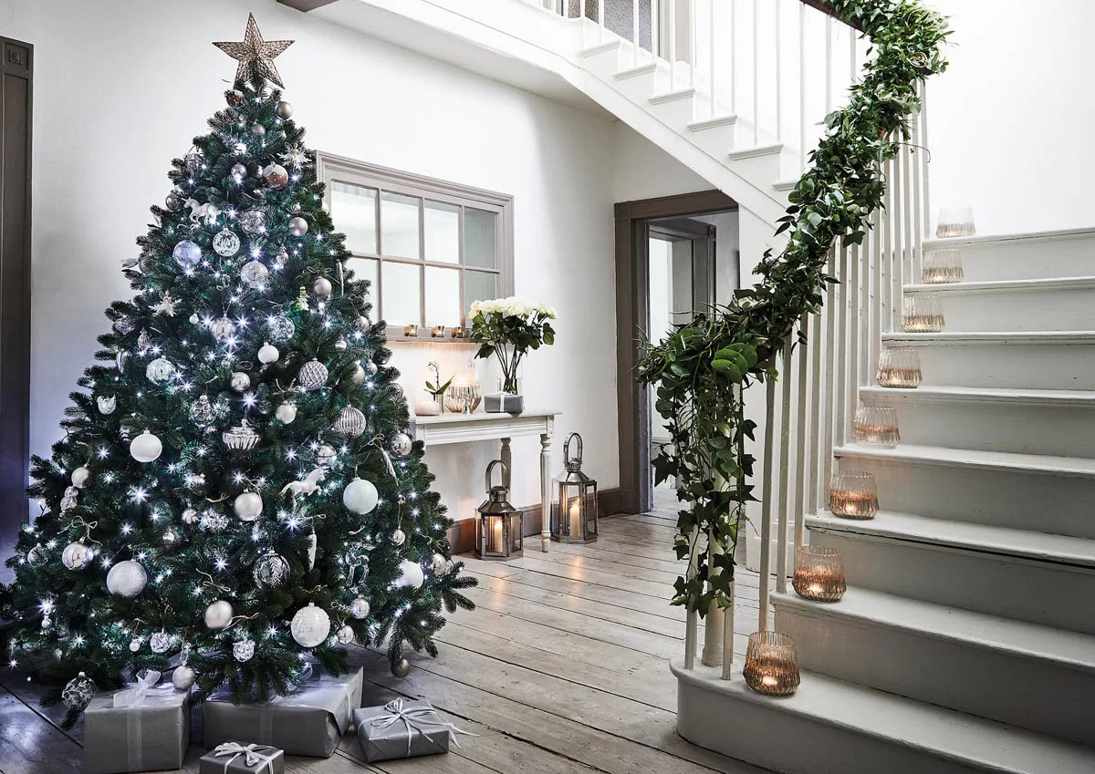 the expert guide to decorating a christmas tree