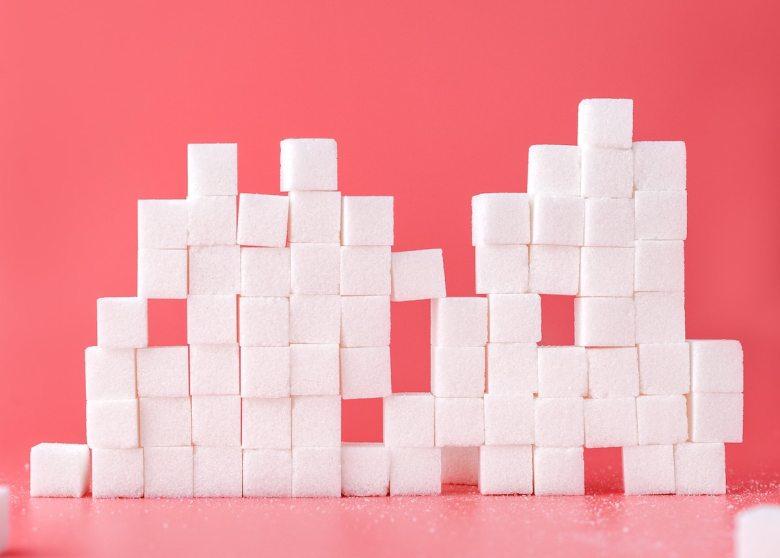 Thema Zuckersteuer: Im Bild sind gestapelte Zuckerwürfel zu sehen.