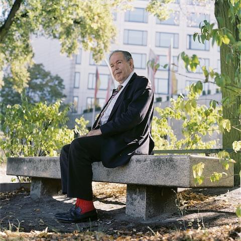 Rote Socke: Edward de Bono weiß, dass man von einem Kreativitäts-Forscher auch ausgeflippte Kleidung erwartet