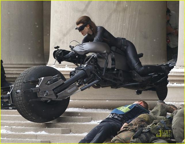 Doublure d'Anne Hathaway (Selina Kyle) sur un Batpod
