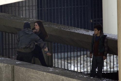 Selina Kyle (Anne Hathaway) protège un jeune garçon sur le tournage de The Dark Knight Rises à Los Angeles