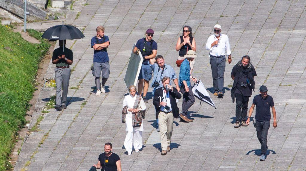 John David Washington, Dimple Kapadia, Christopher Nolan, Emma Thomas et Hoyte van Hoytema pendant le tournage de Tenet sur Pirita tee, Estonie, le 27 juillet 2019