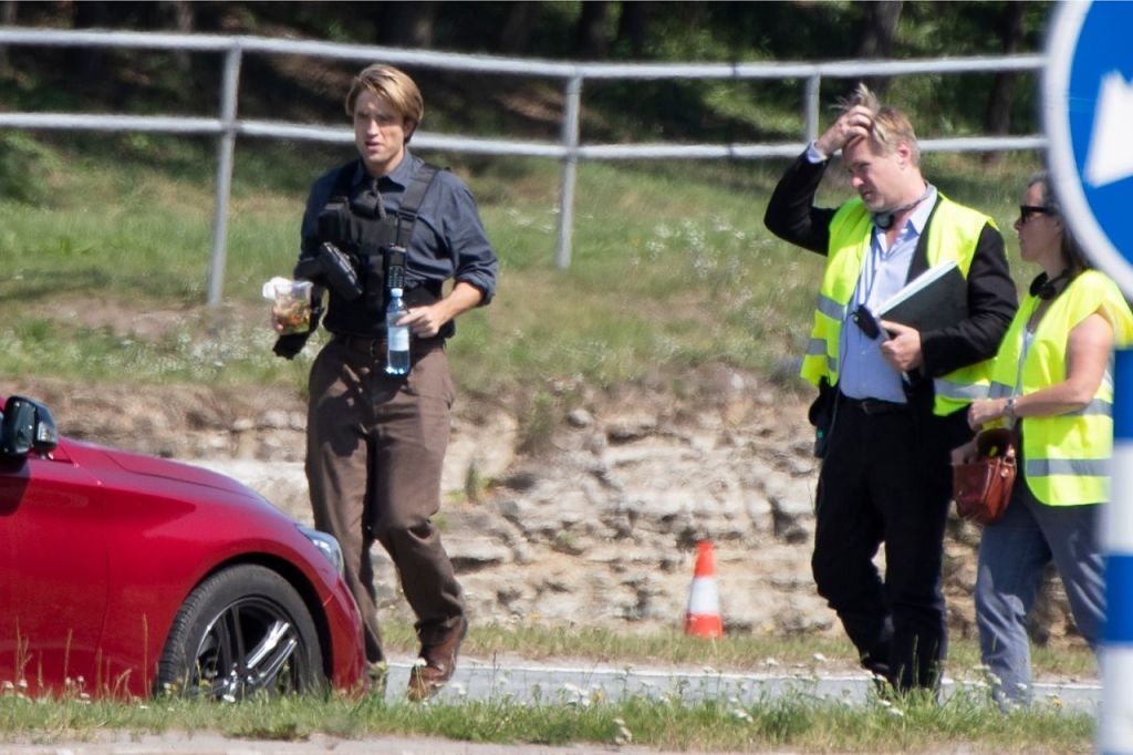 Robert Pattinson et Christopher Nolan pendant le tournage de Tenet sur Laagna tee, Estonie, le 24 juillet 2019