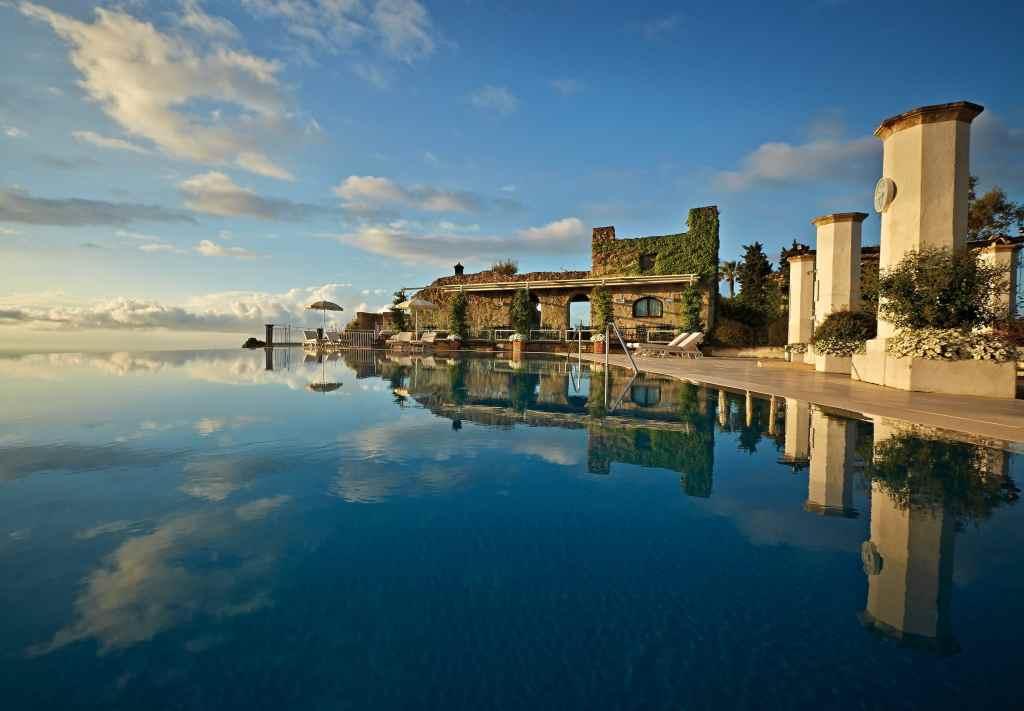 """La piscine 'infinity pool"""" du Belmond Hotel Caruso"""