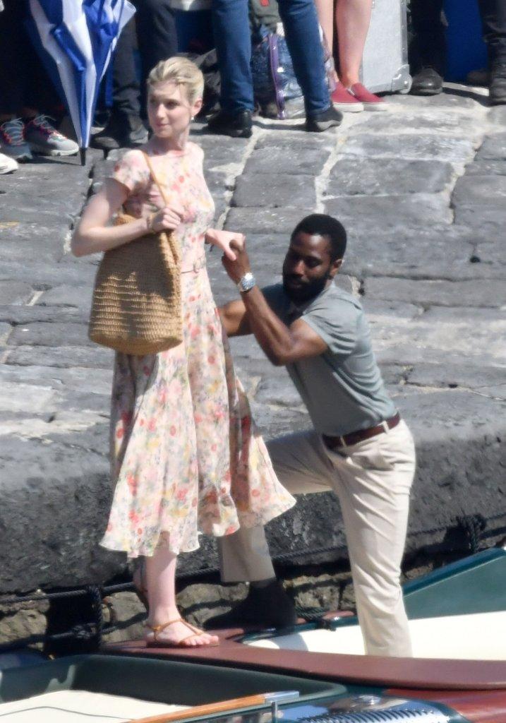 Elizabeth Debicki et John David Washington pendant le tournage de Tenet sur la côte Amalfitaine, Italie, le 1er août 2019