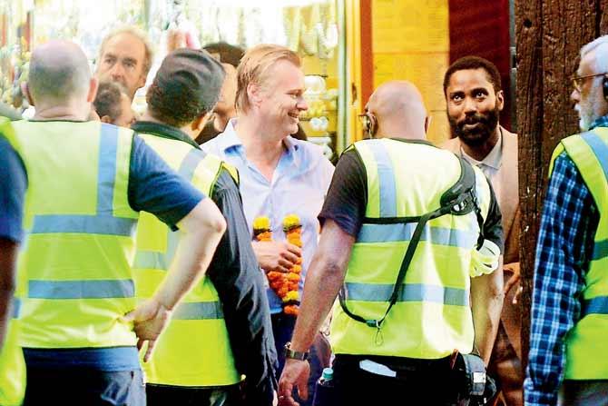 Christopher Nolan et John David Washington pendant le tournage de Tenet à Mumbai, Inde, le 16 septembre 2019