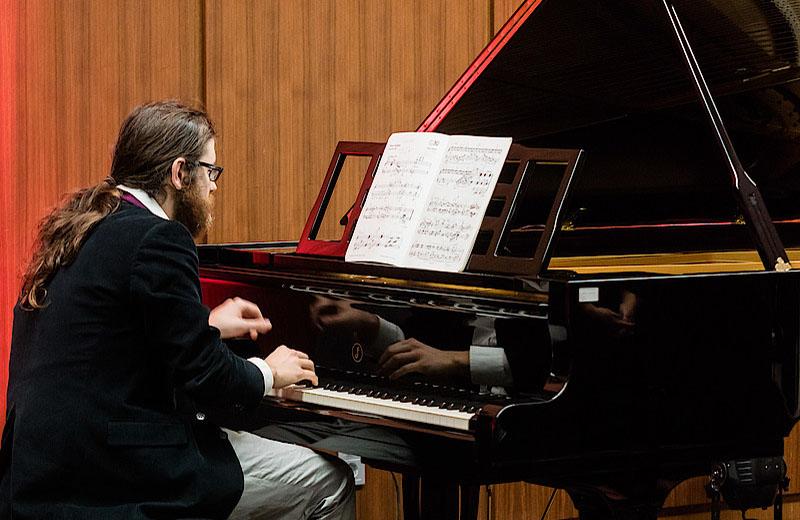 Christoph-Orendi-am-Konzertfluegel
