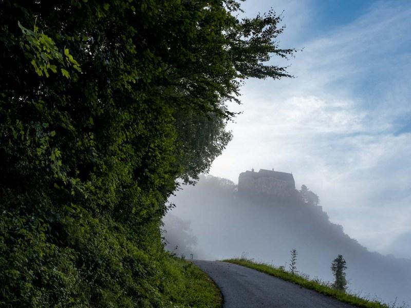 Burg Altpernstein im Nebel