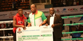 """FILE: Rilwan """"Baby Face"""" Babatunde receiving cheque a of one million naira from Martin Mabutho, General Manager (Marketing and Sales), MultiChoice Nigeria; and Dr. Rafui Ladipo, President, NBBof C, at GOtv Boxing Night 14"""