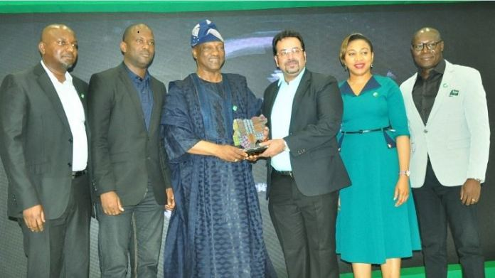 L-R: Kenechukwu Okonkwo, Regional Marketing Manager, Olufolahan Faseyitan, Regional Activation Manager Lagos 1, both of Globacom, Jimi Agbaje, renowned politician, Raj Narayan, Director, Secondary Sales, Marie Macfoy, State Head, SME- Lagos Zone and Eric Uwaomah, Head, Enterprise Sales, all of Globacom, at the formal presentation of the 'Most Innovative Product of the Year' award to Globacom for its 'Glo Yakata' plan at the IamBrandNigeria Award/Gala in Lagos on Sunday