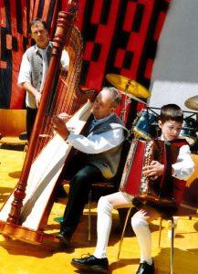 Musikgruppe: Gerhard Koch (Bassgeige), Pepi Auer (Harfe, -selbst gebaut!,) Jakob Koch (Ziehharmonika)
