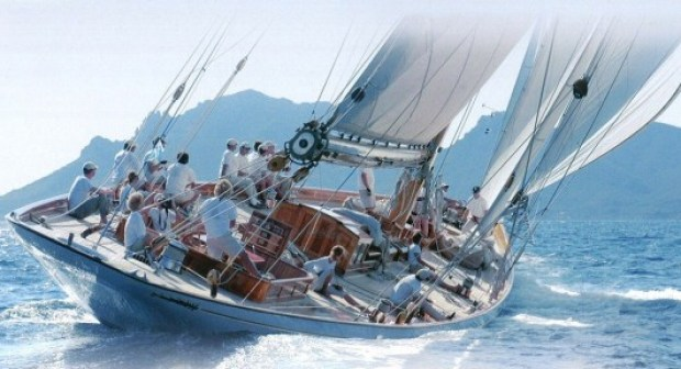 البحرية الملكية تنقذ ركاب مركب فرنسي من الغرق