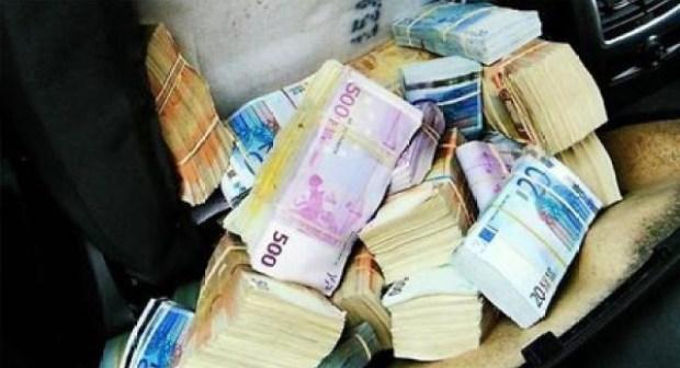 بالفيديو..مغربي يعثر على حقيبة بها 8 ملايين سنتيم ويرجعها لصاحبها الجزائري دون مقابل