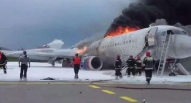 بالفيديو: لحظة اصطدام الطائرة الروسية المنكوبة بمدرج المطار واشتعال النار فيها
