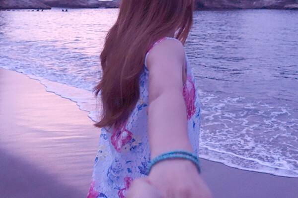 海で手をつなぐカップル