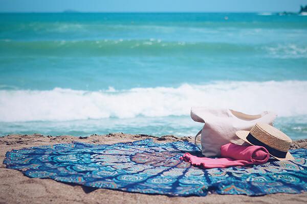 砂浜とラウンドタオル