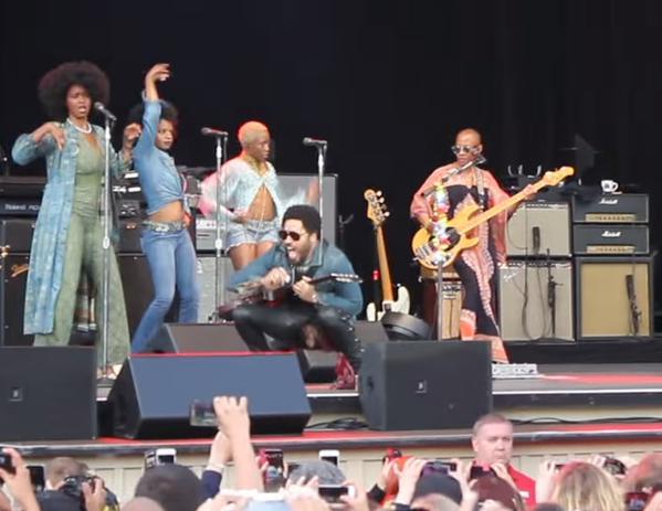 Video-Escandalo! Lenny Kravitz  dejó ver su penerasurado y con anillo en pleno show!