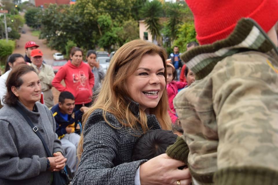 Sandra entrega resolución municipal para titulación de inmueble en asentamiento.